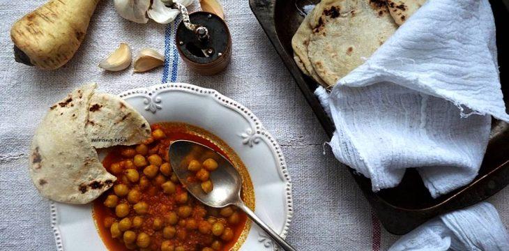 Roti, indijski flatbread. Curry od slanutka i pastrnjaka.