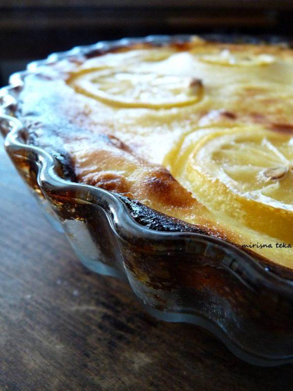 Prhka pita od blage mlaćenice s par kriški peckavog limuna... savršeno jednostavan i savršen desert!
