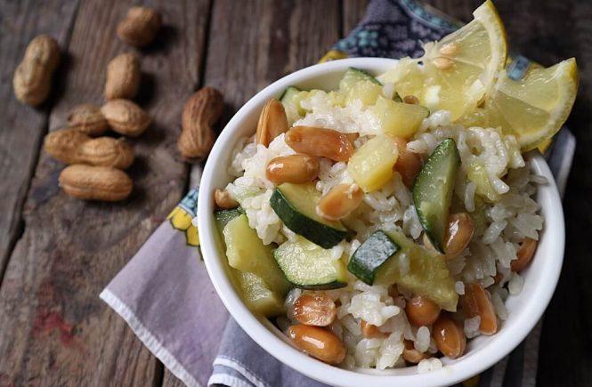 Fantastična kombinacija tekstura i okusa: mekane i ukusne riža i tikvica u kontrastu s tvrdim, prženim kikirikijem koji jelu daje točku na i.