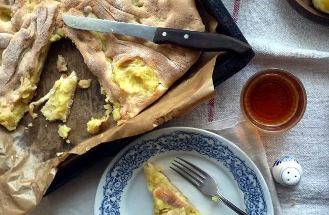 Krumpir pogača! Krckava korica, mekani nadjev od krumpira obogaćen vašim omiljenim začnima, brz, jednostavan i jeftin obrok!